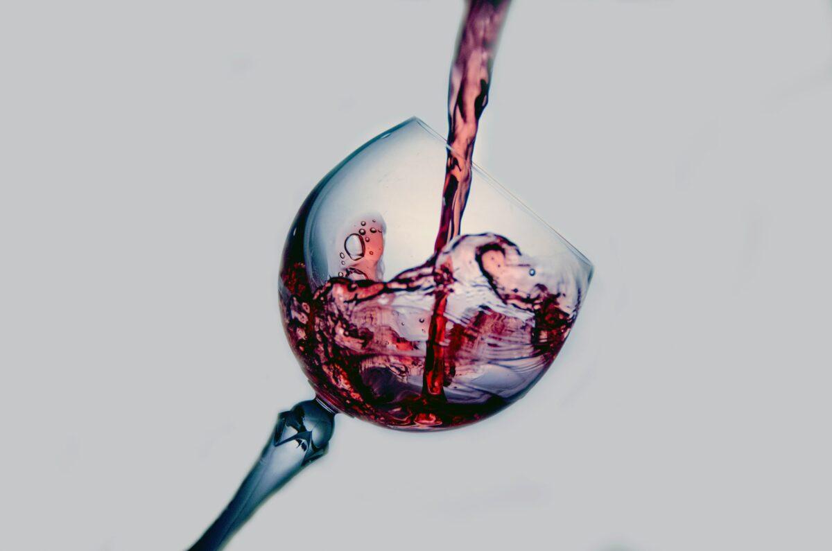 Wijnglas waar wijn in wordt geschonken