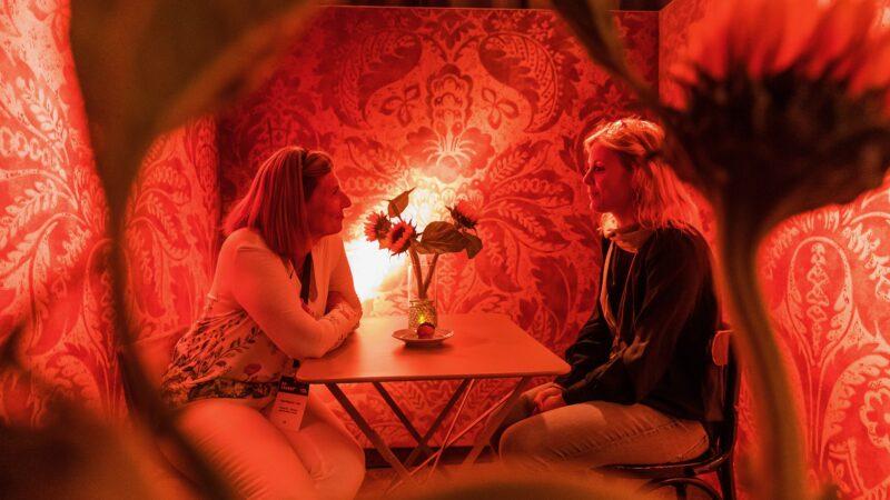 Foto Sander Boer - Kamer van Verbinding NXT MICE Re-Invent twee vrouwen die elkaar in de ogen kijken