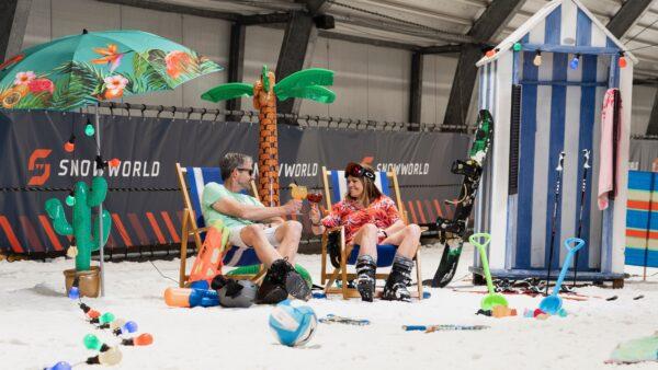 Summer Madness zomerskieen SnowWorld - mensen op strandstoelen