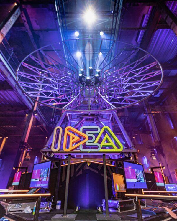 IDEA Experience Conference - IDEA logo onder een satelliet
