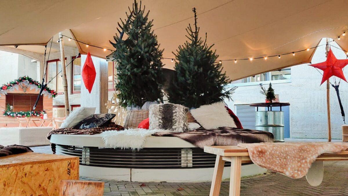 2nice foto_s - kerstsetting met zitjes en kerstbomen onder stretchtent