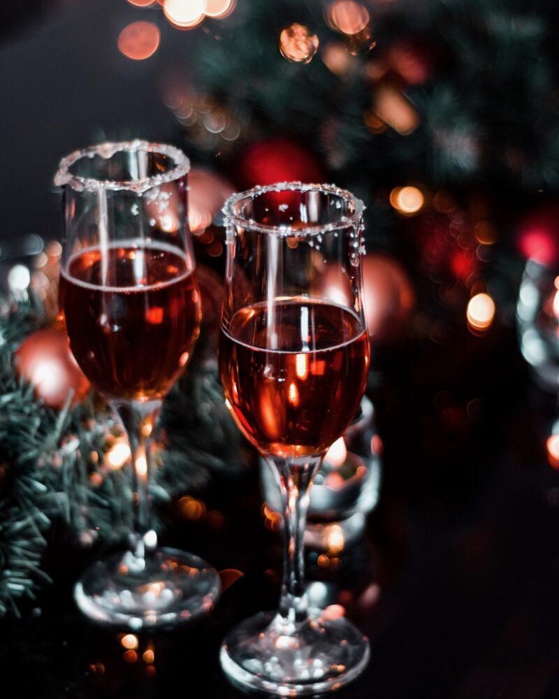 Drankje met gesuikerd glas onder een kerstboom