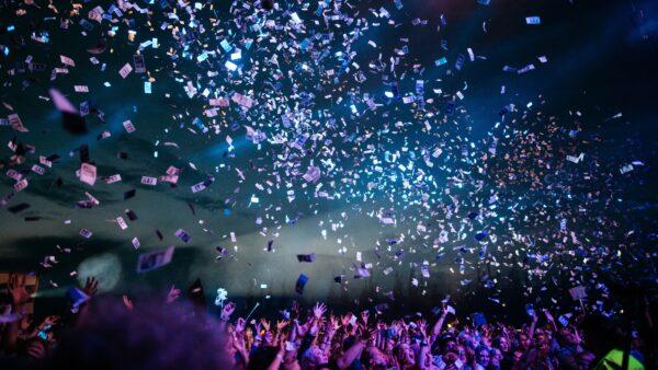 Geld in de lucht bij een concert