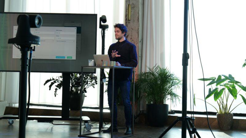 Momice Online Events met spreker voor een scherm