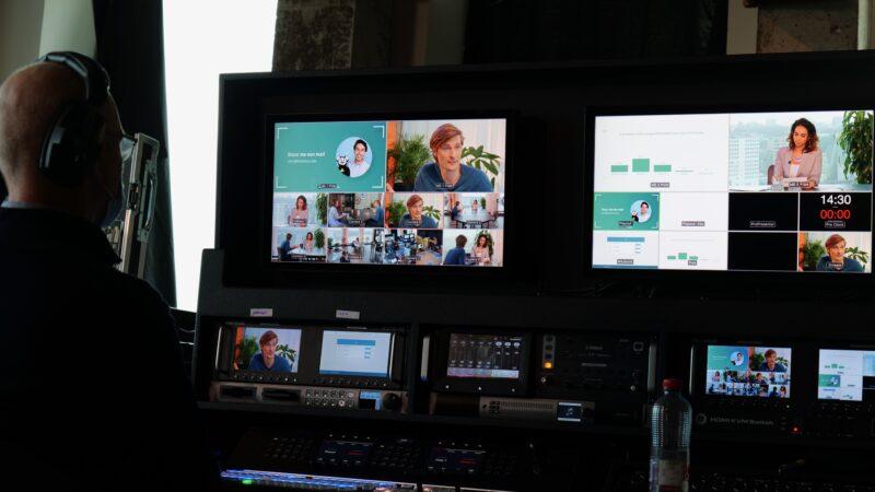Momice online event met schermen in beeld